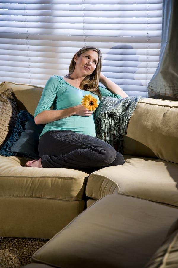 Weemoedige zwangere vrouw stock foto's