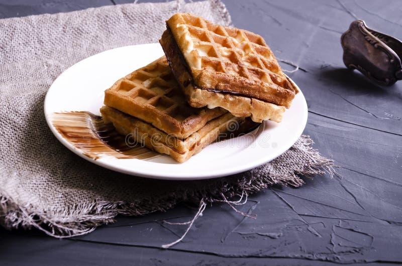 Weense wafels met chocolade en roombovenste laagje stock afbeelding