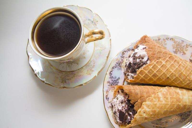 Weense wafels met koffie stock afbeeldingen