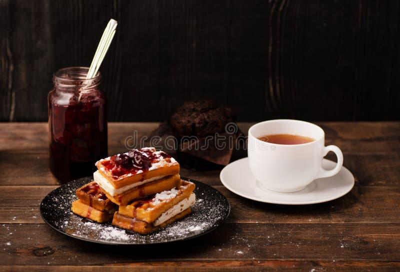 Weense wafels met poeder en verfraaid met bessen royalty-vrije stock afbeeldingen