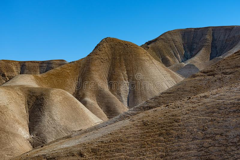 Weergave van de structuur en de kleuren van de gekartelde, kale, kale bergen van de woestijn van Judea Israël royalty-vrije stock afbeelding
