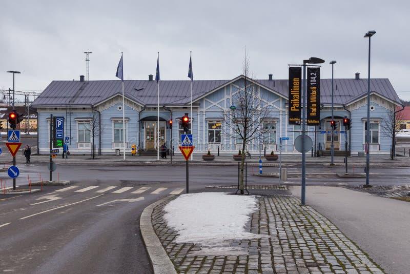 Weergave van het treinstation Mikkelin Houden, blauw gebouw in het centrum van de stad, Mikkeli, Finland royalty-vrije stock foto