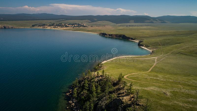 Weergave van heuvels en bergen op Olhon Island, Lake Baikal, Rusland, Aerial stock foto's