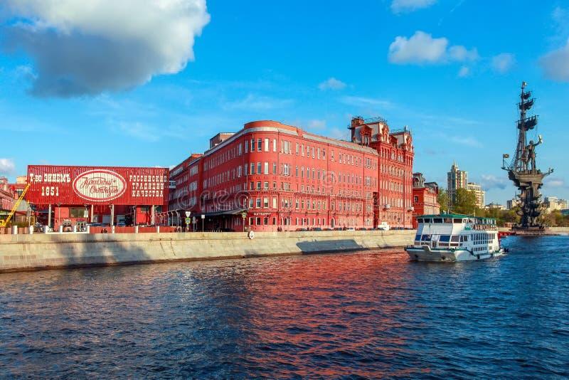 Weergeven aan de bouw van Rode Oktober-chocoladefabriek, de Rivier van Moskou en monument aan Grote Pertr stock foto's