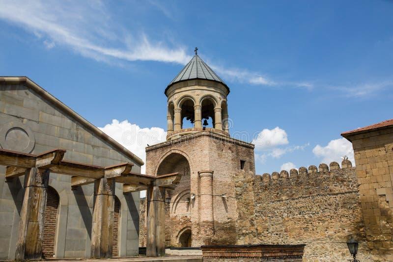 Weergeven aan de Orthodoxe Kathedraal en historische stad Mtskheta van Svetitskhoveli, dichtbij Tbilisi, Georgië stock foto