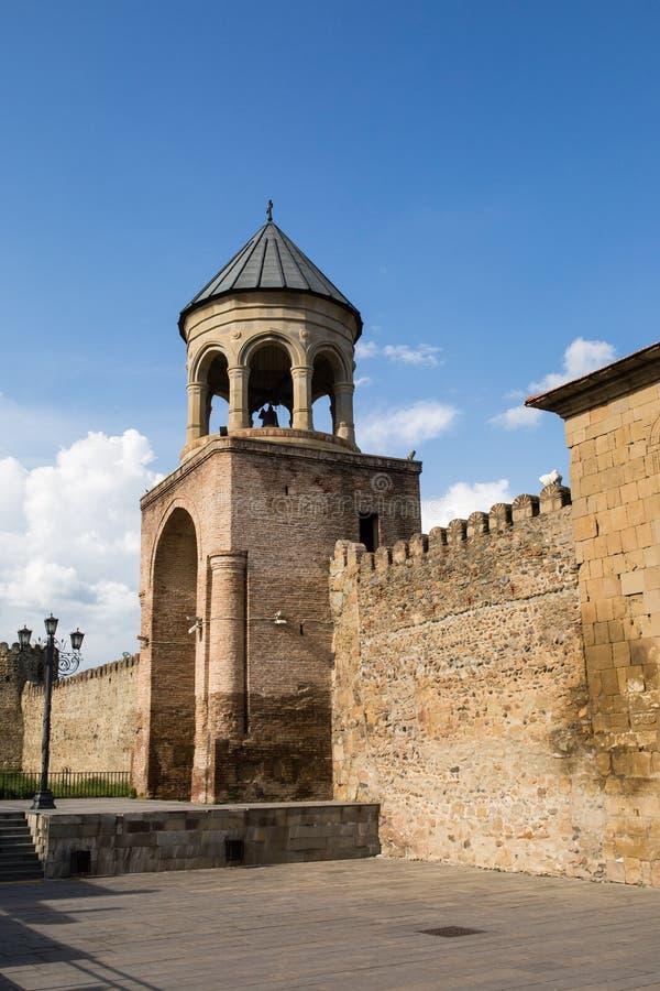 Weergeven aan de Orthodoxe Kathedraal en historische stad Mtskheta van Svetitskhoveli, dichtbij Tbilisi, Georgië royalty-vrije stock foto