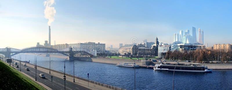 Weergeven aan de Rivier van Moskou met boten, brug, het Station van Kiev en wolkenkrabbers van Commercieel Centrum moskou royalty-vrije stock foto