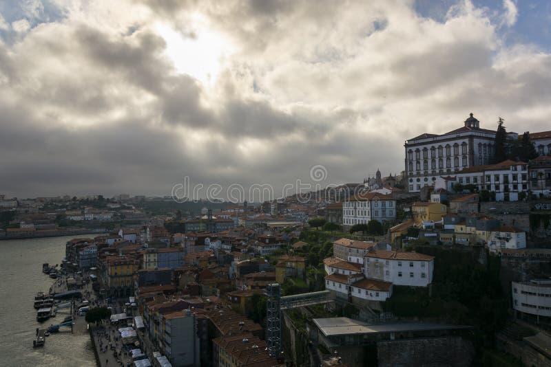 Weergeven aan de stad van Porto van D Luis I brug met bewolkte hemel stock afbeelding