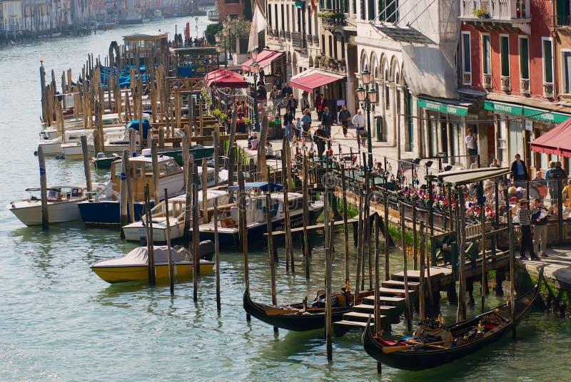 Weergeven aan Grand Canal van de beroemde Rialto-brug in Venetië, Italië royalty-vrije stock afbeelding