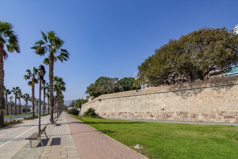 Weergeven aan lege palm gevoerde promenade van oud vestingwerk van Cartagena, Spanje royalty-vrije stock foto