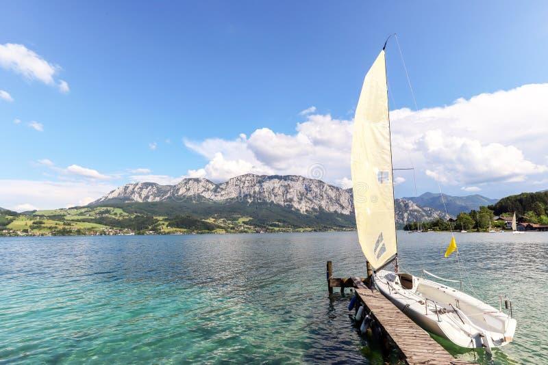 Weergeven aan meer Attersee met varende boot, Bergen van Oostenrijkse alpen dichtbij Salzburg, Oostenrijk Europa stock foto