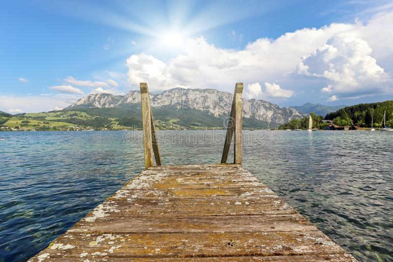 Weergeven aan meer Attersee met varende boot, Bergen van Oostenrijkse alpen dichtbij Salzburg, Oostenrijk Europa royalty-vrije stock afbeelding