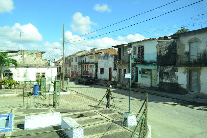 Weergeven aan oude dilapidated huizen in slecht district Kerstman Clara, Cuba stock foto's