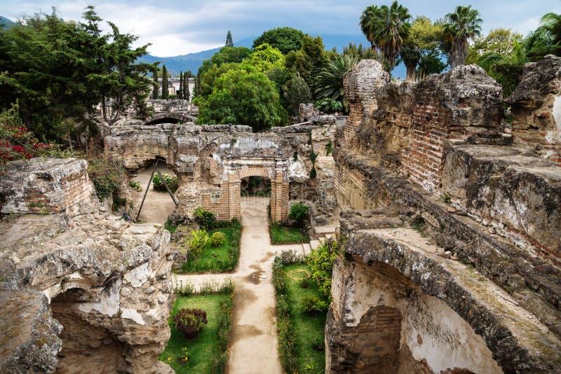Weergeven aan ruïnes in Hermano Pedro met tuin, Antigua, Guatemala royalty-vrije stock foto
