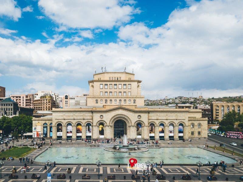 Weergeven aan Yerevan hoofdvierkant, fonteinen en geschiedenismuseum royalty-vrije stock fotografie