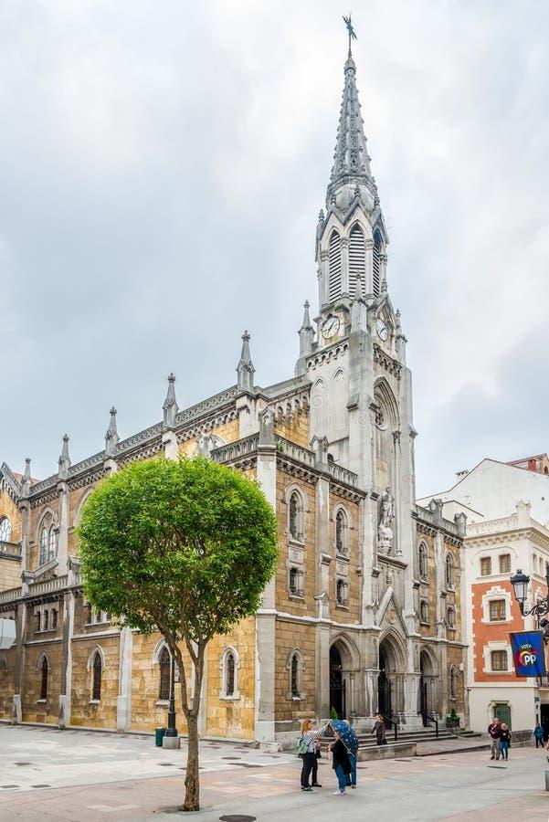 Weergeven bij de Kerk van Heilig Hart van Jesus in de straten van Oviedo in Spanje stock foto