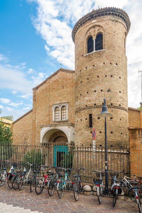 Weergeven bij de kerk van Heilige Agata in Ravenna - Italië stock foto's