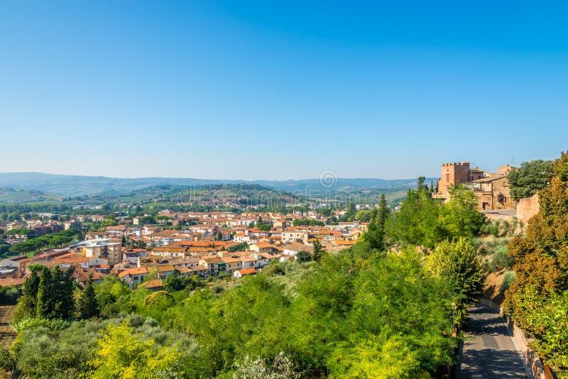 Weergeven bij de lagere stad van Certaldo in het Italiaans Toscanië royalty-vrije stock afbeelding