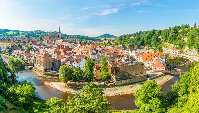 Weergeven bij de meander van Vltava-rivier met de stad van Cesky Krumlov in Tsjechische Republiek stock afbeelding