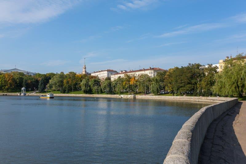 Weergeven bij de Svisloch-rivier en het groene park in de stadscentrum van Minsk, Wit-Rusland stock foto's