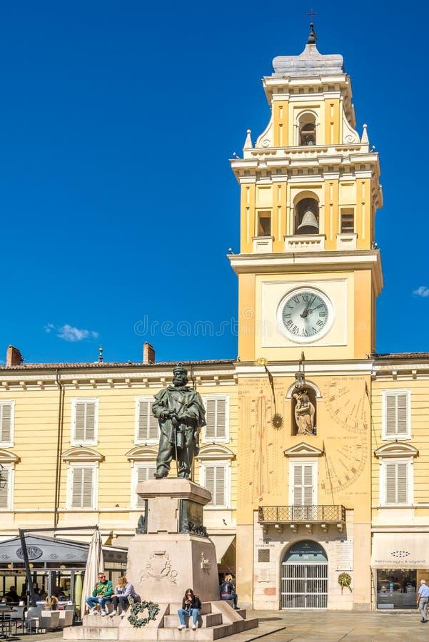 Weergeven bij Garibaldi Place met monument en klokketoren in Parma - Italië stock foto