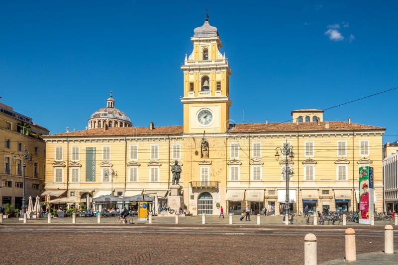 Weergeven bij het Gouverneurspaleis op de Garibaldi-plaats in Parma - Italië stock afbeeldingen