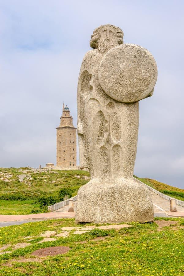 Weergeven bij het Monument van Keltische Koning Breogan met Hercules Tower op de achtergrond in een Coruna - Spanje royalty-vrije stock afbeelding
