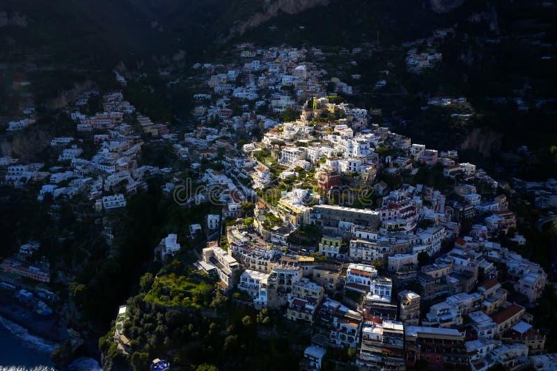 Weergeven bij kleurrijke huizen op heuvels in Positano-stad in Italië stock afbeelding