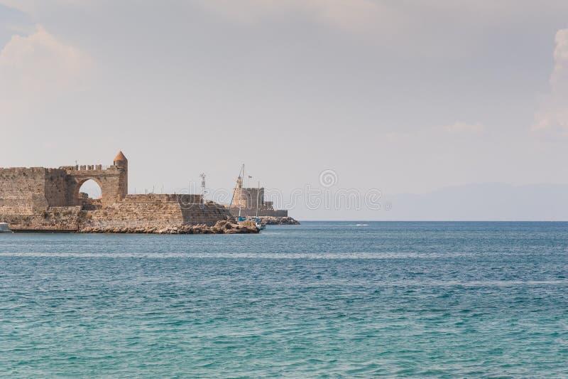 Weergeven bij oud vestingwerk in oude haven van overzeese van Akti Sachtouri promenade met Riddersporen, beeldhouwwerk van Dolfij royalty-vrije stock fotografie