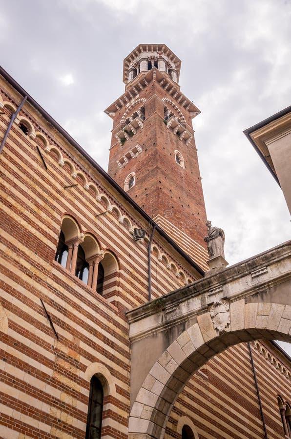 Weergeven bij Palazzo-della Ragione en Arco della Costa in Verona, Italië stock foto