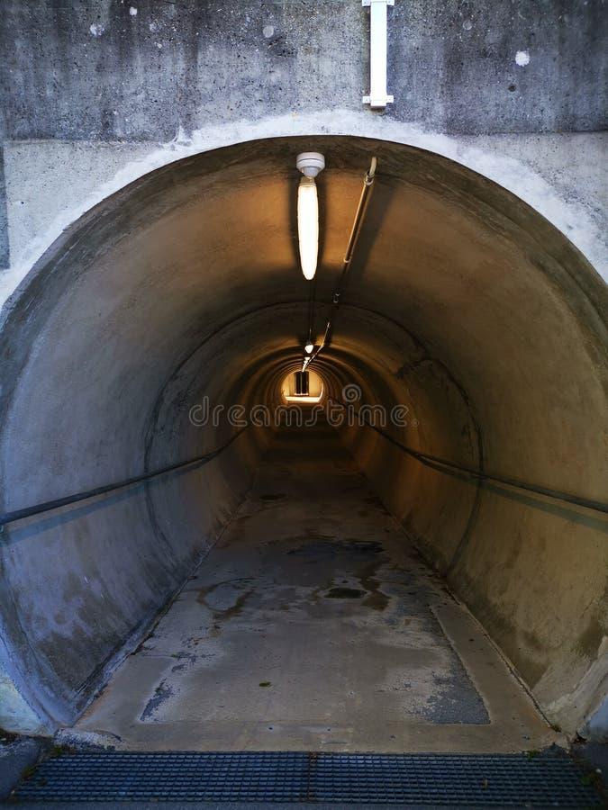 Weergeven binnen een tunnel op een lift met sommige lichten voordien stock foto's