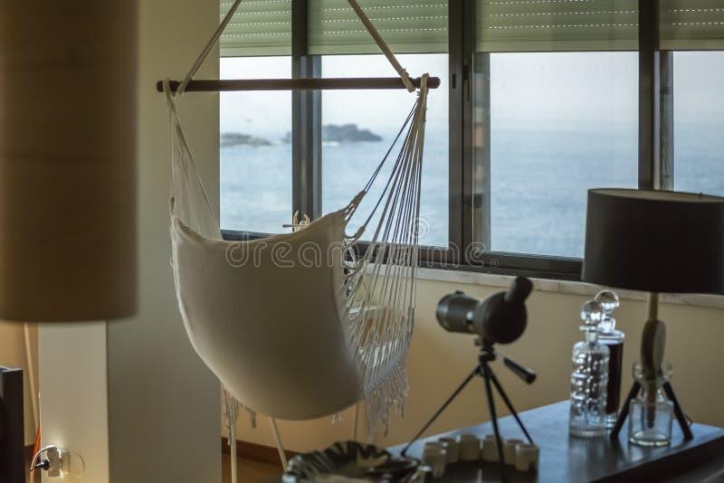 Weergeven die van verfraaide woonkamer, het overzees onder ogen zien royalty-vrije stock foto's