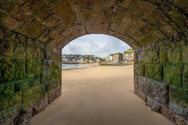 Weergeven door Boog, St Ives Harbour, Noord-Cornwall, het UK royalty-vrije stock afbeeldingen
