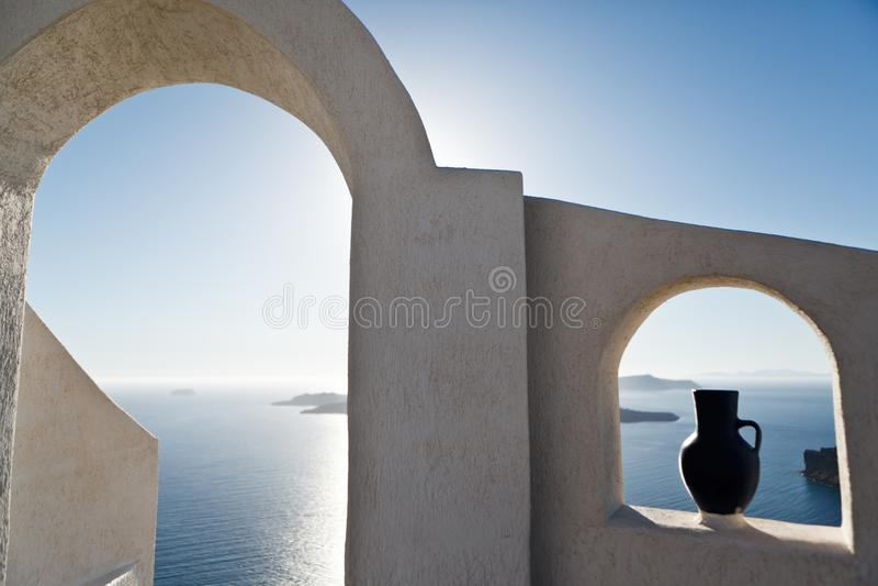 Weergeven door de witte boog van het overzees en de hemel en authentieke architectuur in de stad van Oia op het Eiland Santorini, stock foto