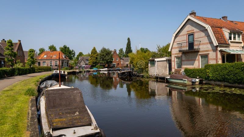Weergeven door een kanaal i Abcoude, Nederland stock afbeeldingen