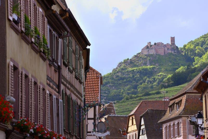 Weergeven door een steeg aan de huizen en een kasteel royalty-vrije stock fotografie