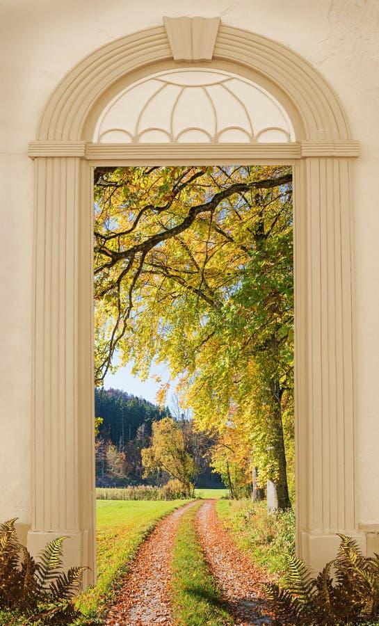 Weergeven door overspannen deur, herfstgang langs de rand van het hout stock afbeeldingen