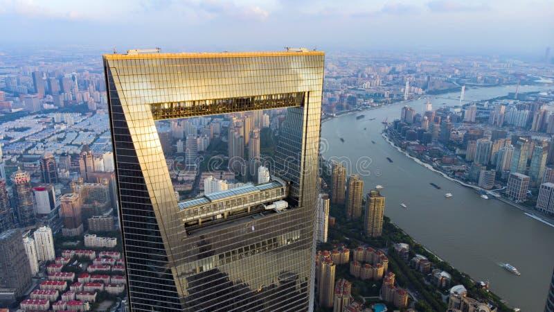 Weergeven door Venster van de Wolkenkrabber van Shanghai aan Laag Stijgings Woondistrict in Pudong stock foto