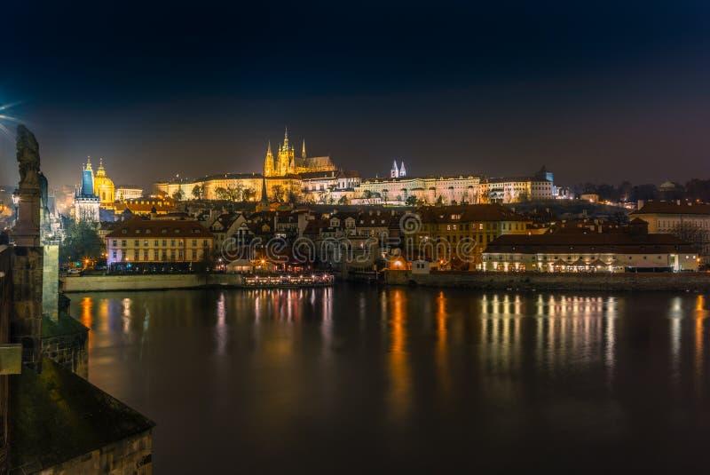 Weergeven F de horizon van het kasteel van Praag en het rivieroevergebouw royalty-vrije stock fotografie