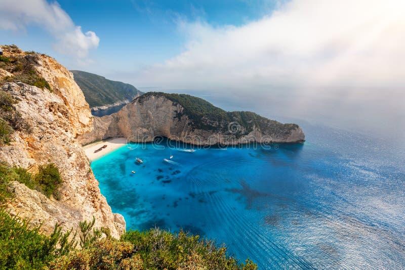 Weergeven langs de klippen aan het schipbreukstrand, Navagio, op het eiland van Zakynthos, Griekenland royalty-vrije stock foto's