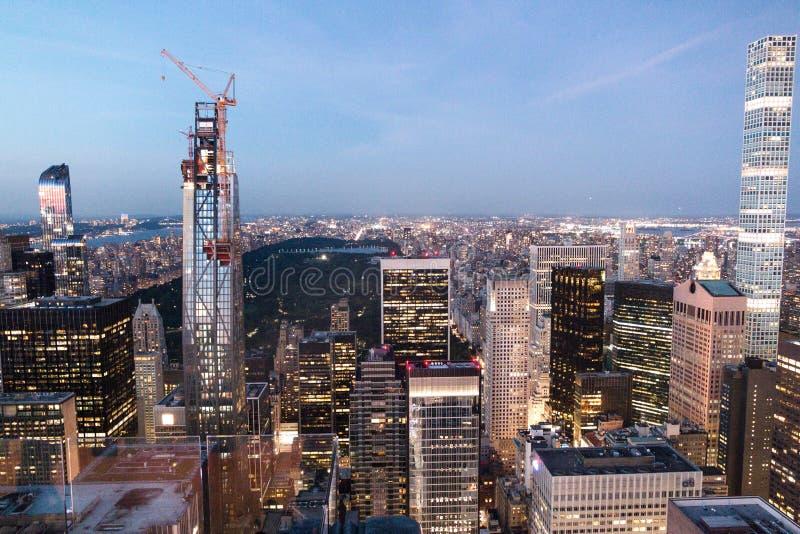 Weergeven met wolkenkrabbers tijdens zonsondergang van het centrum dat van de Rotsobservatie wordt gezien New York stock fotografie