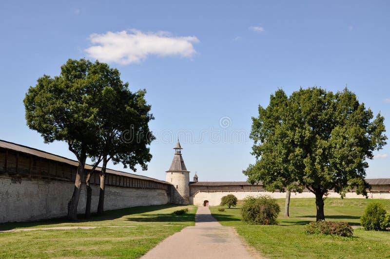 Weergeven naar de noordelijke toren van Kutekrom en de vestingsmuren van Pskov Krom, Rusland royalty-vrije stock foto