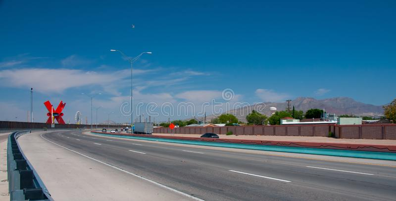 Weergeven naar El Paso van de binnenstad langs de grensweg stock foto