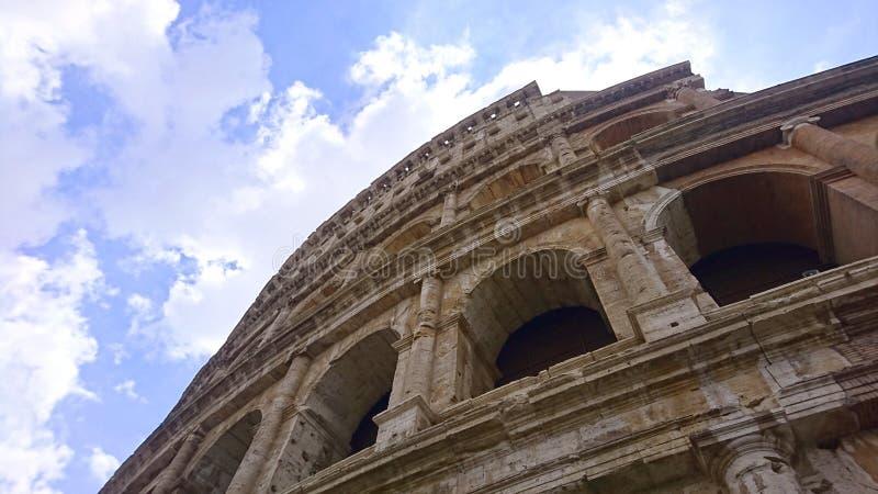 Weergeven omhoog over voorgevel van Colosseum in Rome stock foto