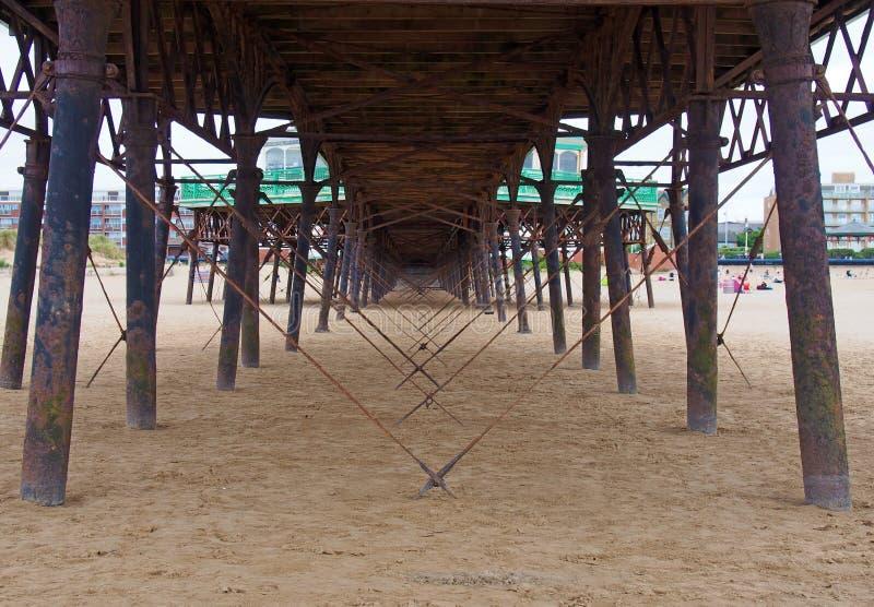 Weergeven onderaan de pijler die metaalsteunen en structuur op het strand in lytham heilige annes in lancashire tonen stock afbeeldingen