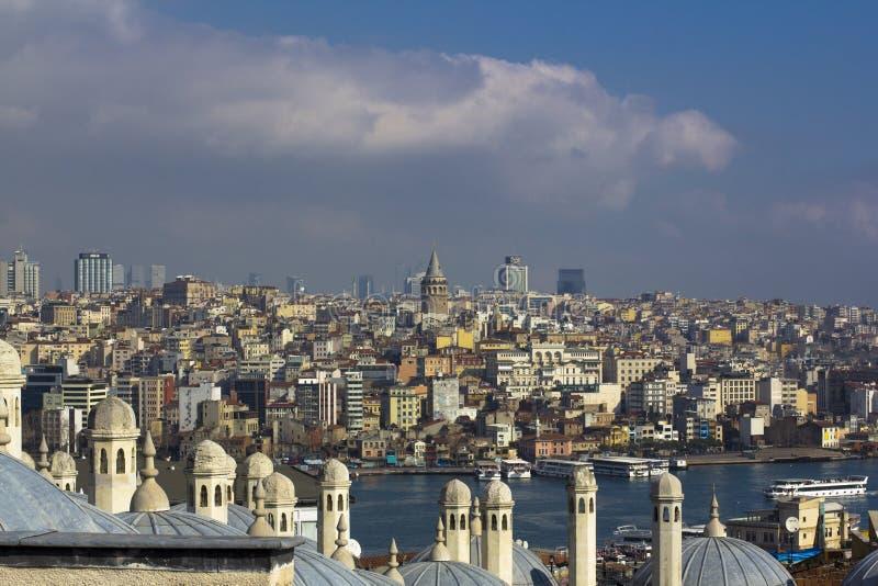 Weergeven op acrosbosphorus van Istanboel Torens en koepels, Straat met varende schepen en kleurrijke stad stock foto
