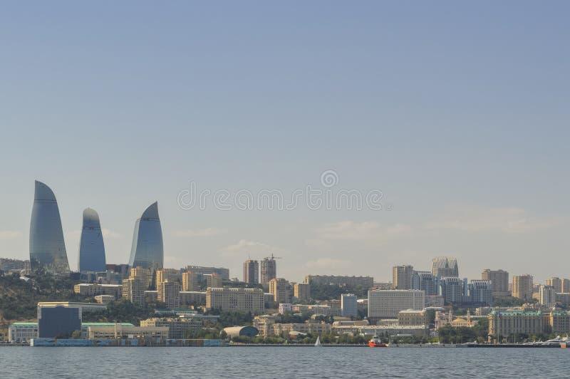 Weergeven op Baku cityscape van Kaspische overzees stock foto's