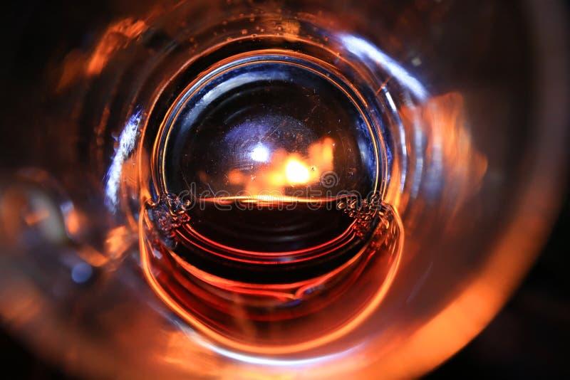 Weergeven op brand door glas rode wijn stock fotografie