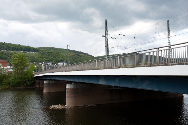 Weergeven op brigde over de Rijn in bingenam leiding in Hessen Duitsland stock afbeeldingen