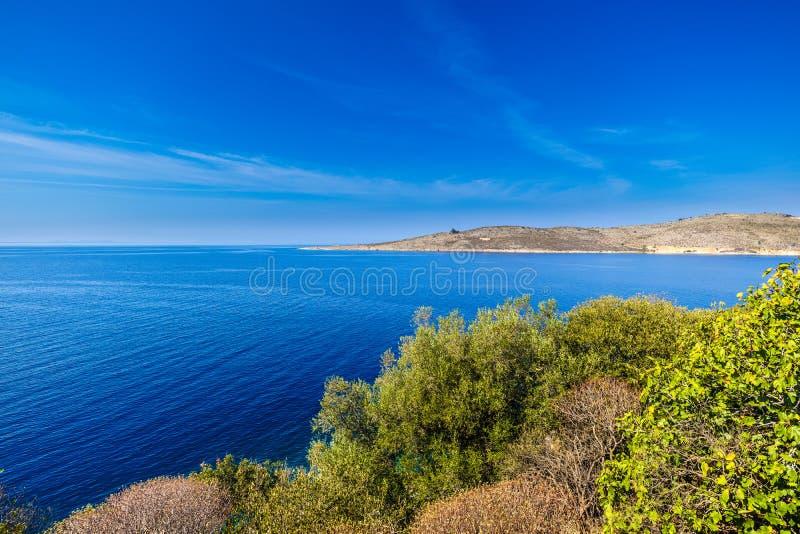 Weergeven op de Albanese kust dichtbij Porto Palermo, Albanië stock foto